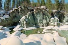 Грот из темно-зеленого камня на р.Шумак
